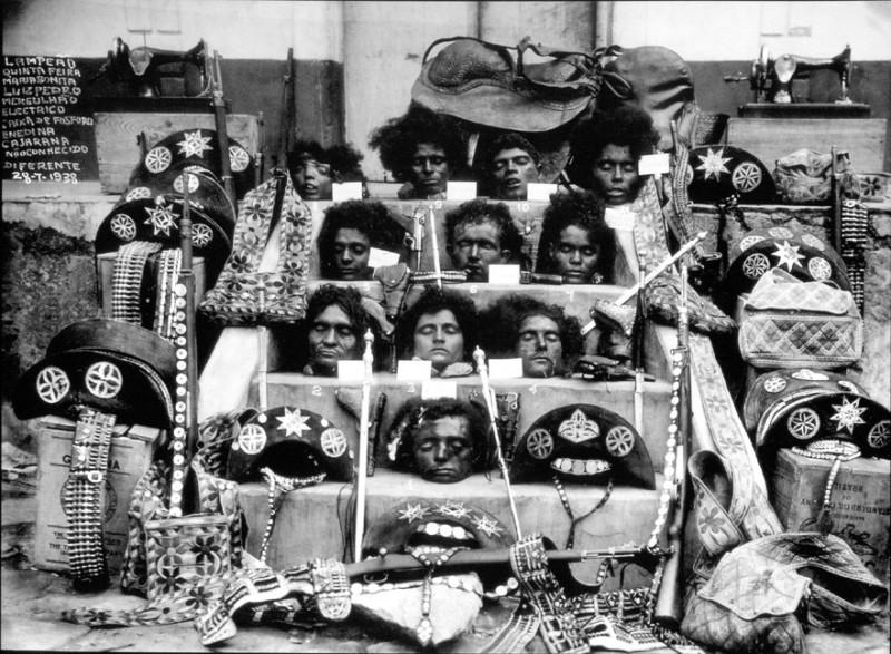 Les têtes des cangaceiros et de Lampião exposées au public, après leur mort en 1938