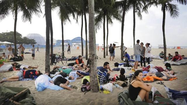 Camping sauvage des supporters sur la plage de Copacabana