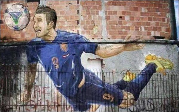 Tête plongeante de Van Persie, reproduite sur le mur d'une favela de RJ