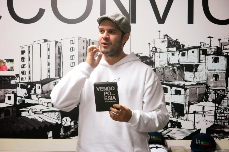 L'écrivain Rodrigo Ciriaco récitant un texte lors d'un rassemblement (sarau) organisé par Buzo