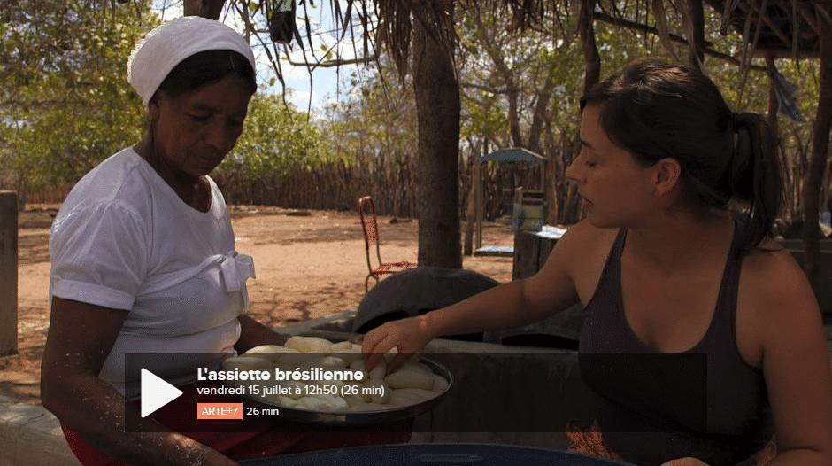 La jeune chef Bel Coelho apprenant à faire de la fuba, spécialité du sertão