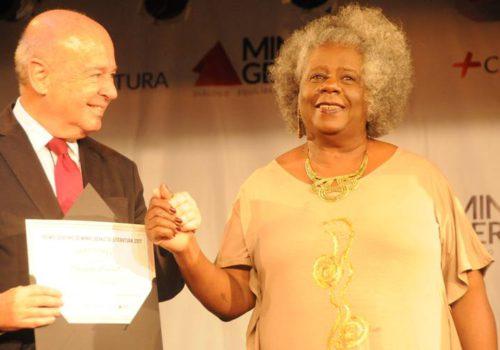 Le secrétaire à la culture du Minas Gerais, Angelo Oswaldo, remet le prix à l'écrivaine Conceição Evaristo (© Marcos Vieira/EM/D.A. Press)